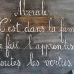 """Tableau noir d'une salle de classe, où le mot """"Morale"""" est écrit dessus"""
