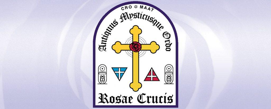 Portail de l'Ancien et Mystique Ordre de la Rose-Croix reprenant son nom latin : Antiquus Mysticusque Ordo Rosae Crucis