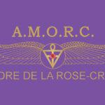 Ailes, symbole de l'Ordre de la Rose-Croix sur un fond violet